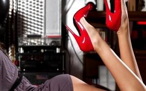 mujer-con-zapatos-rojos
